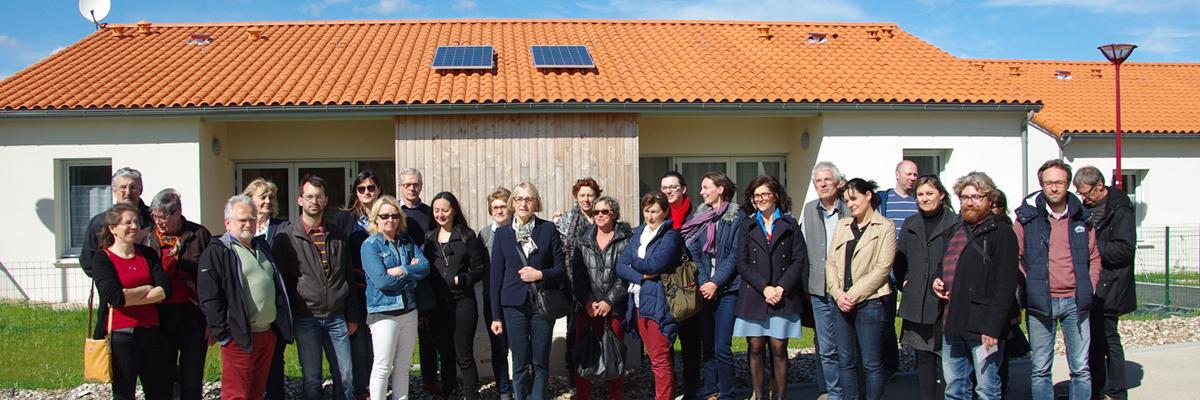 Visite du village La Fontaine à Combrand construit dans le cadre de l'appel à projet Habitat regroupé pour les personnes âgées du Département avec l'architecte Luc Cogny